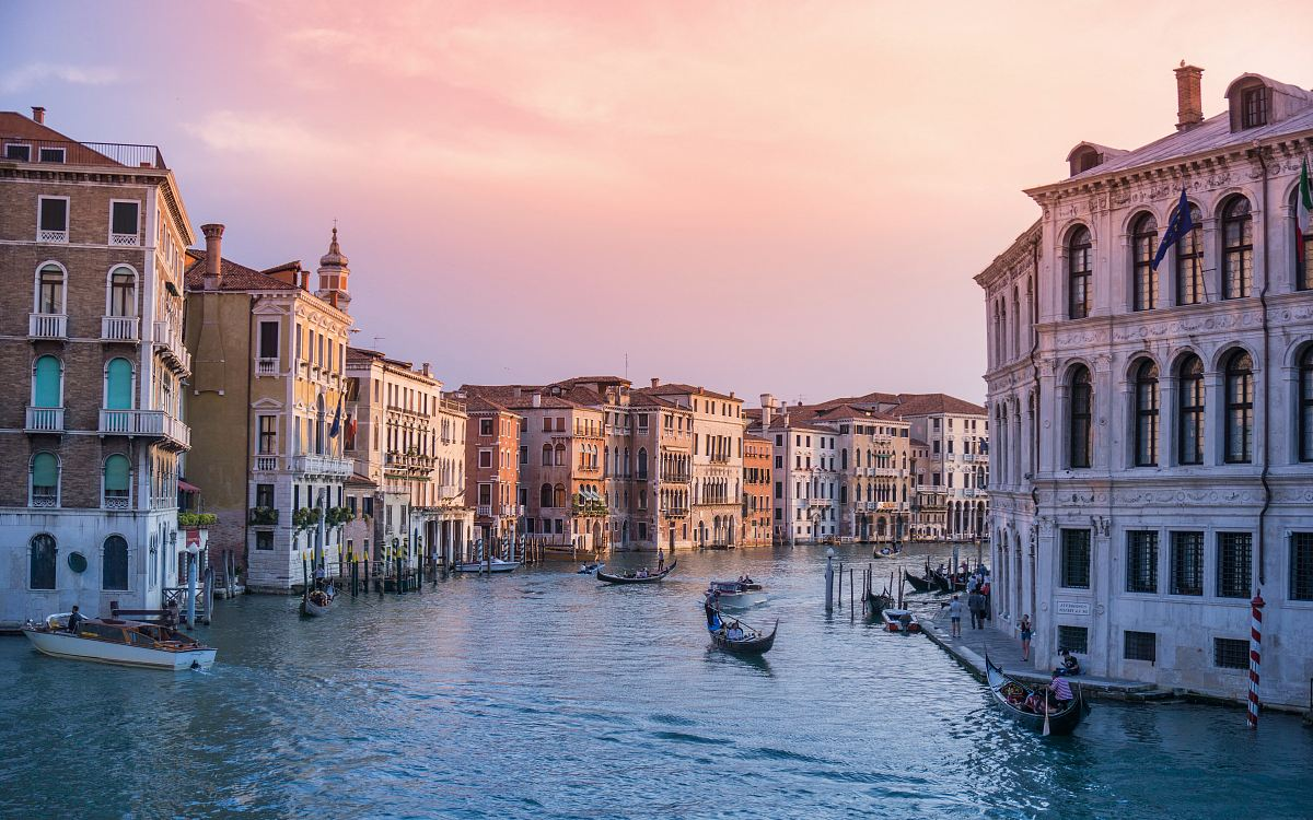 stock photos free  of photo of gondolas on body of water between buildings