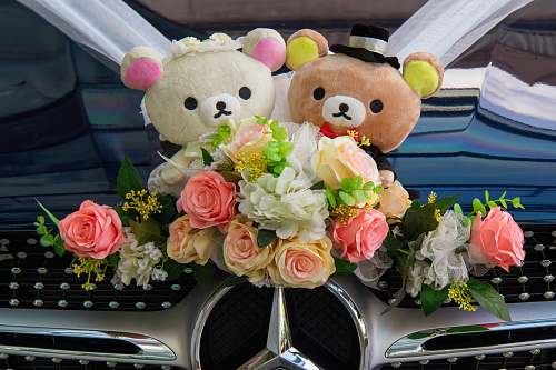 flower arrangement Mercedes-Benz wedding car with Rilakkuma and Korilakkuma wedding couple plush toy décor flower bouquet