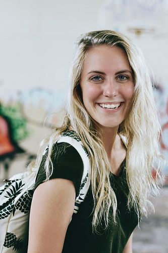 photo woman smiling while carrying backpack free for commercial use images