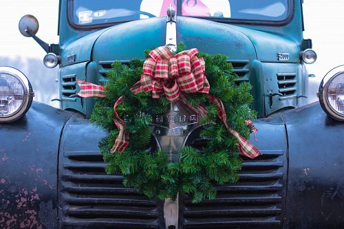 photo green wreath on bumper of blue truck free for commercial use images