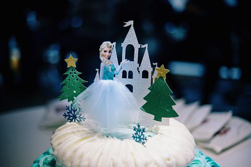 photo selective focus photography of Disney Frozen Elsa cake free for commercial use images