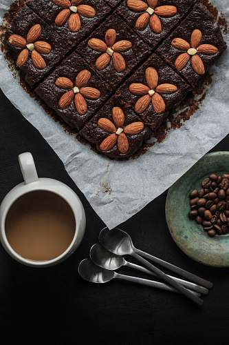flora cake top with almonds bean