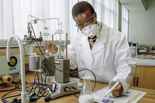 photo person man inside laboratory experiments and write down the details lab free for commercial use images