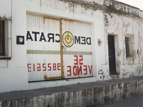 advertisement Democarat Se Vende building building