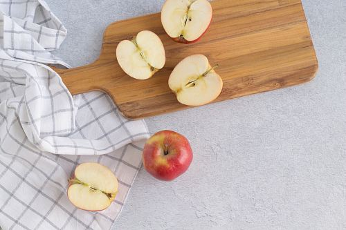 photo apple fruits on chopping board free for commercial use images