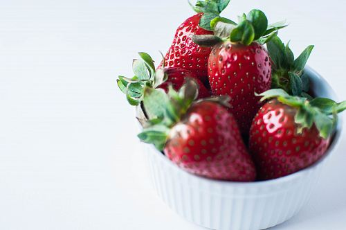 photo red strawberries in white ramekin free for commercial use images