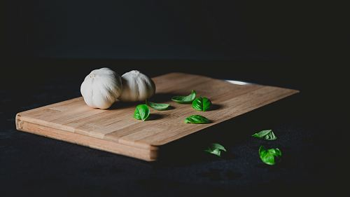 photo two bulb of garlic on top of chopping board free for commercial use images