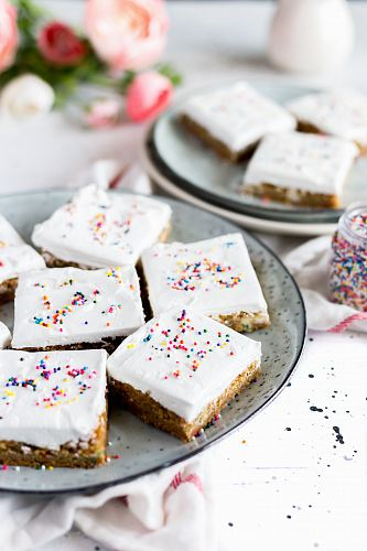 photo white cakes with sprinkles free for commercial use images