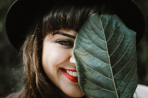 photo woman holding leaf free for commercial use images