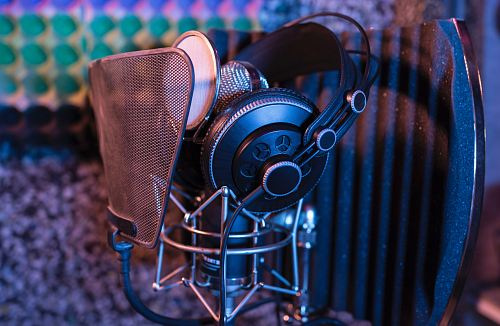photo black and gray pop filter with mic and headset free for commercial use images