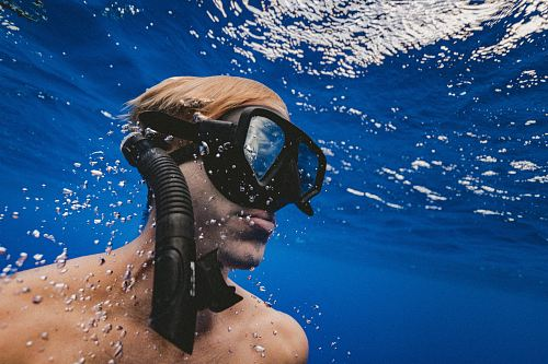photo man wearing black goggles under water free for commercial use images