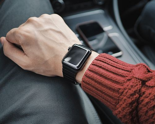 photo person wearing black case Apple Watch with white Sport Band free for commercial use images