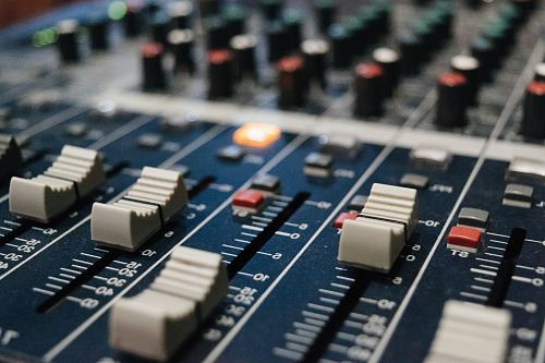 photo selective focus photo of DJ mixer free for commercial use images