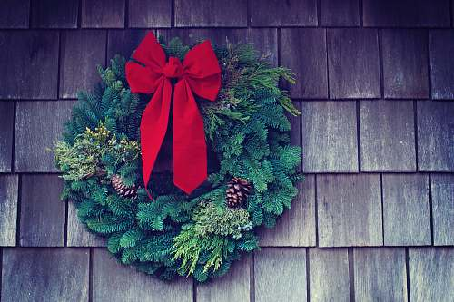 wreath green and red Christmas wreath mounted on wall christmas wallpapers